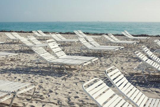 einsame Liegen am Strand
