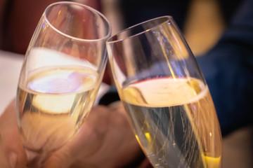 2 flutes à champagne trinquant - célébration porter un toast