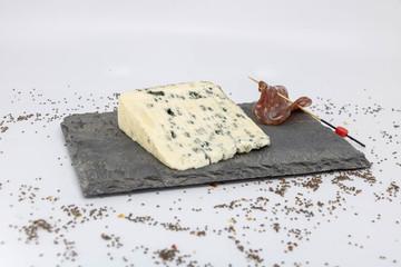 Dégustation gastronomie française fromage au lait de brebis et charcuterie sur plateau en ardoise