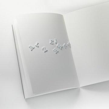 lettres alzheimer glissant d'un cahier vierge