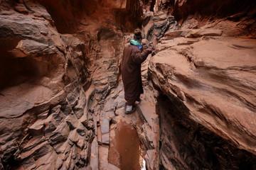 Wanderung mi Frau in der Schlucht des Khazali Canyon im Wadi Rum