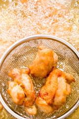 鶏のから揚げ調理風景