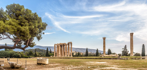 Fototapete - Temple of Olympian Zeus, Athens, Greece. It is one of the top landmarks of Athens. Panorama of famous Ancient Greek ruins in the Athens center. Scenic view of remains of the antique Athens city.