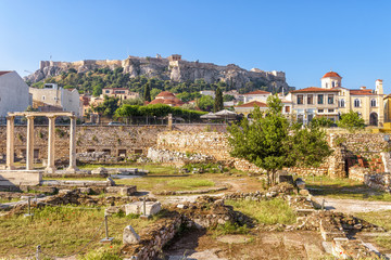 Fototapete - Library of Hadrian overlooking Acropolis of Athens, Greece. It is a famous landmark of Athens. Panorama of Ancient Greek ruins in the Athens center. Scenic view of remains of the antique Athens city.