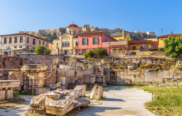 Fototapete - Library of Hadrian overlooking Acropolis and beautiful houses at old Plaka district, Athens, Greece. It is a famous landmark of Athens. Scenic panorama of Ancient Greek ruins in the Athens center.