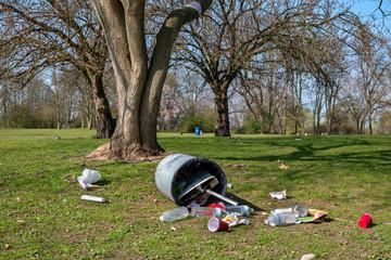 Muell im Stadtpark nach einem Wochenende