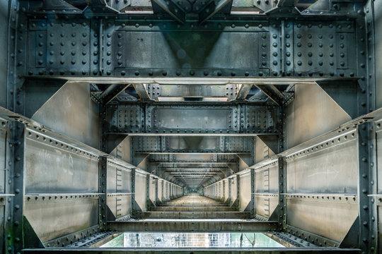 Steampunk-Optik- Eisenbahnbrücke von innen