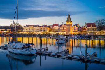 Hafenweihnacht, Weihnachtsmarkt, Christkindlsmarkt, romantischer Blick in den Hafen mit glatter Wasserfläche, Booten; warmes Licht mit Spiegelungen am Wasser; D, Bayern, Bodensee, Lindau