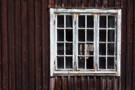 altes Fenster in einem Holzhaus in Schweden