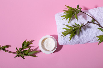 Foto op Plexiglas Spa Beautiful Spa and wellness composition with natural green leaves, creme and towel on pink background.