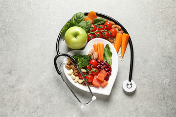 Fototapeta Flat lay composition with plate of products for heart-healthy diet on grey background obraz