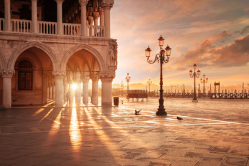 San Marco in Venice, Italy at a dramatic sunrise 壁紙(ウォールミューラル)