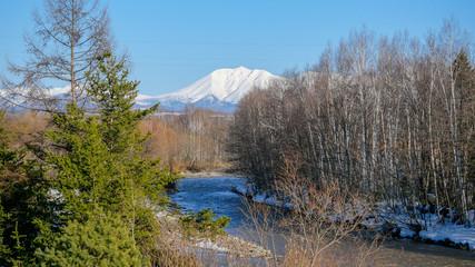 山と森林と川の田舎景色