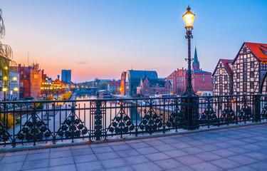Obraz Bydgoskie stare miasteczko przy pięknym wschodzie słońca z odbiciem w Brda rzece. Bydgoszcz - fototapety do salonu