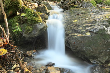 kleiner Wasserfall am Bach