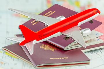 Avion sur passeports et carte du monde