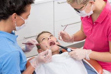 Junge bei der Kontrolle seiner Zähne in der Zahnarztpraxis