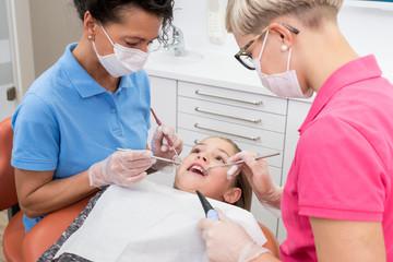 Zahnkontrolle bei einem Kind in der Zahnarztpraxis