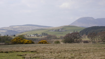 Frühlingslandschaft mit Bergen und Tälern auf der Insel Arran, Schottland
