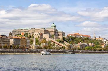 Fototapeta Budapeszt - widok na zamek i nabrzeże rzeki Dunaj. Wakacyjna panorama turystycznej części miasta Budapeszt. obraz