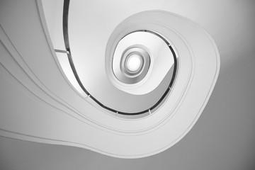 Spiralne schody. Widok z dołu. Geometria w architekturze. - 262096665