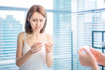 woman use oil blotting paper