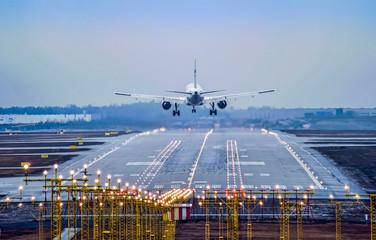 Airplane landing to runway Fototapete