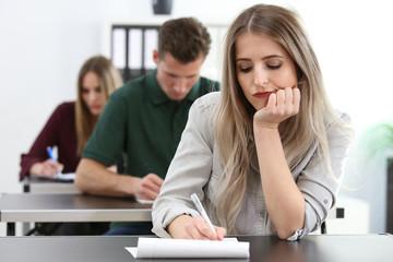 Frau schaut gelangweilt während sie einen Test absolviert