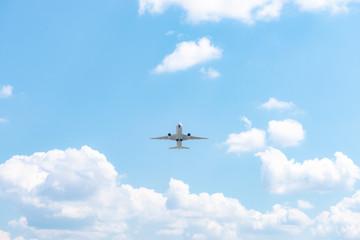 空港から飛び立つ飛行機