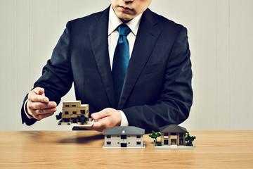 建築模型とビジネスマン