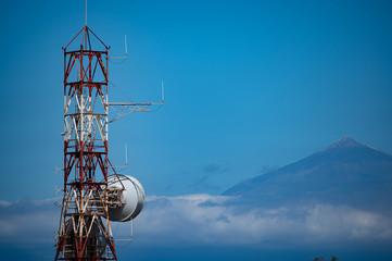 Antennenmast auf La Gomera mit Blick auf den Teide (Teneriffa)