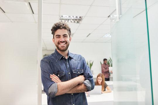 Junger Mann als selbstbewusster Start-Up Gründer