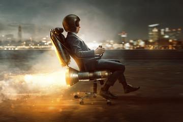 Geschäftsmann rollt auf Bürostuhl mit Raktenantrieb