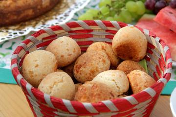 Selbst gebackene Bio Brötchen mit Käse am Buffet