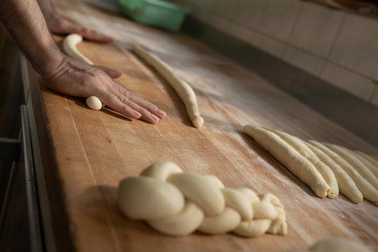 Teig ausrollen per Hand vom Bäcker