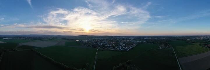 Eine Stadt bei Sonnenuntergang Luftaufnahme
