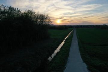Landwirtschaft Bewässerung eines Feldes bei Abendrot