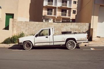 stary biały pickup na tle ściany na Malcie