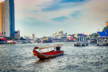 Poster Bangkok Dieses einzigartige Foto zeigt wie die alten traditionellen Langheckboote, die auf dem Fluss Mae Nam Chao Phraya in Bangkok fahren