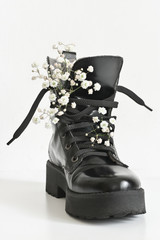 Black combat boot decorated of flowers
