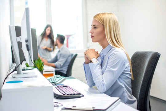 Concentrated business woman in front of computer in office