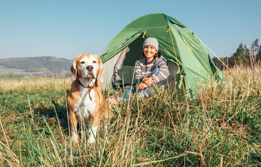 Poster Camping Woman with her pet beagle dog rest in camping tent