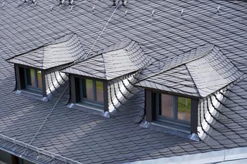 Dach mit Gauben ist mit Schiefer und Schieferplatten eingedeckt