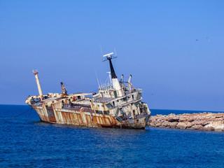 Fotobehang Schipbreuk old ship in the sea