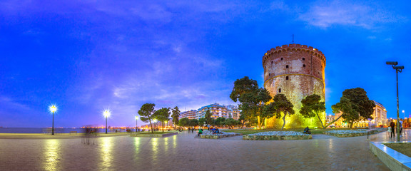 View of  the White Tower of Thessaloniki which is a monument and museum on the waterfront of Thessaloniki, capital of the region of Macedonia in northern Greece Fotomurales