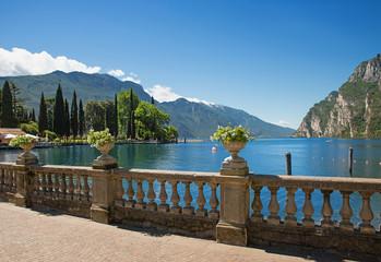 Uferpromenade Riva del Garda, mit antikem Geländer und Blumendekoration, Gardasee Ufer