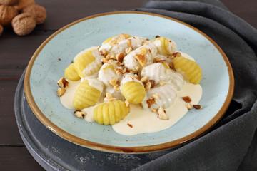gnocchi di patate con crema di formaggio e noci