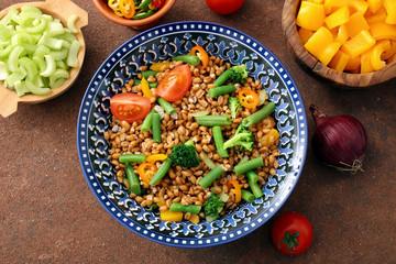 insalata di cereali farro o grano con verdure fresche