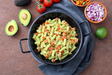 pasta vegetariana con avocado e pomodoro
