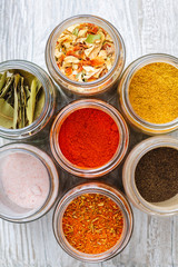 Mieszanki przypraw. Kolorowe przyprawy  i suszone warzywa w słoikach.